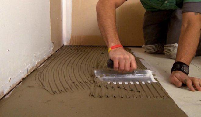 Нанесение грунтовки поверх плитки
