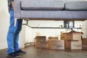 Выносят мебель