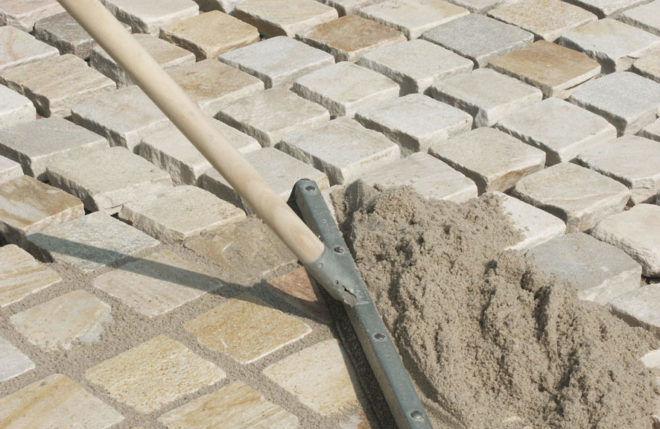 Заполнение швов песчано-цементной смесью