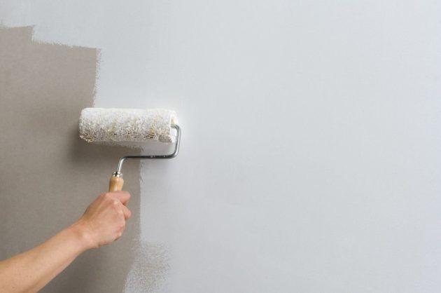 Грунтовка стен одно из обязательных условий перед поклейкой гипсового кирпича