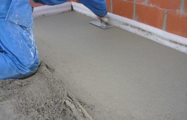 Необходимо выровнять поверхность, на которую будет укладываться материал