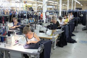 Процесс пошива одежды на предприятих