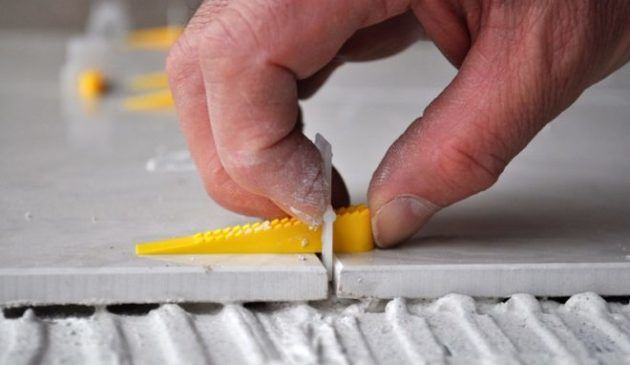 Укладывается керамогранит с зазором между плитками не менее 3 мм