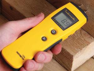 Ручной прибор для замера уровня влажности древесины