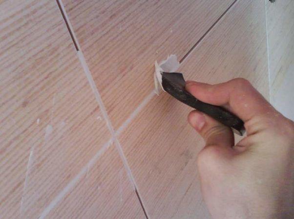 Заделка швов герметиком плитки на потолке