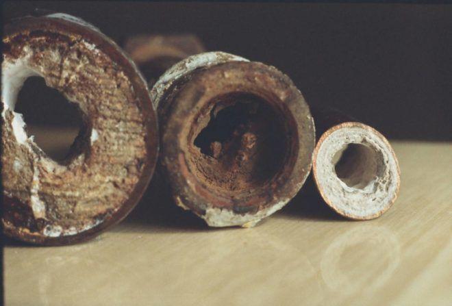 Засорившиеся трубы канализации