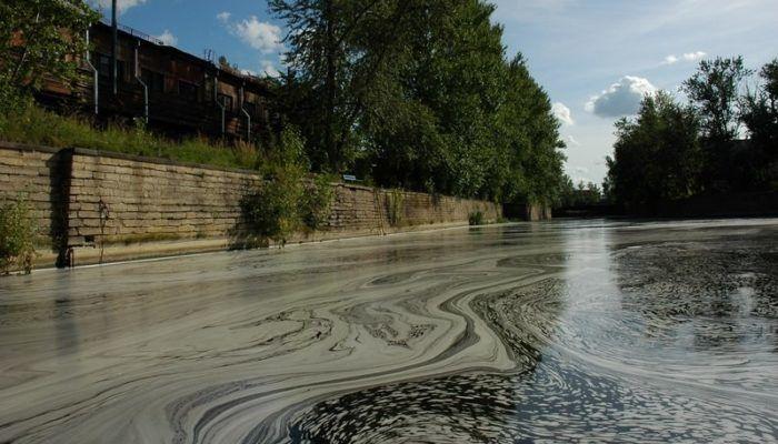 Загрязнение реки промышленными сбросами