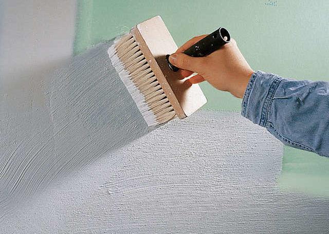 Обработка поверхности стены грунтовкой