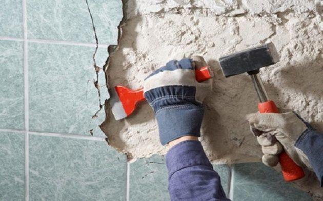 Удаление старого кафеля можно сделать с помощью молотка и зубила