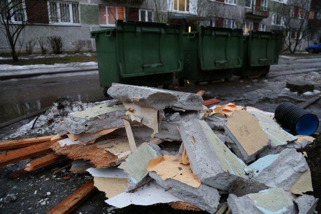 За выброс крупногабаритного мусора возле контейнера, влечет за собой правонарушение, которое карается штрафом